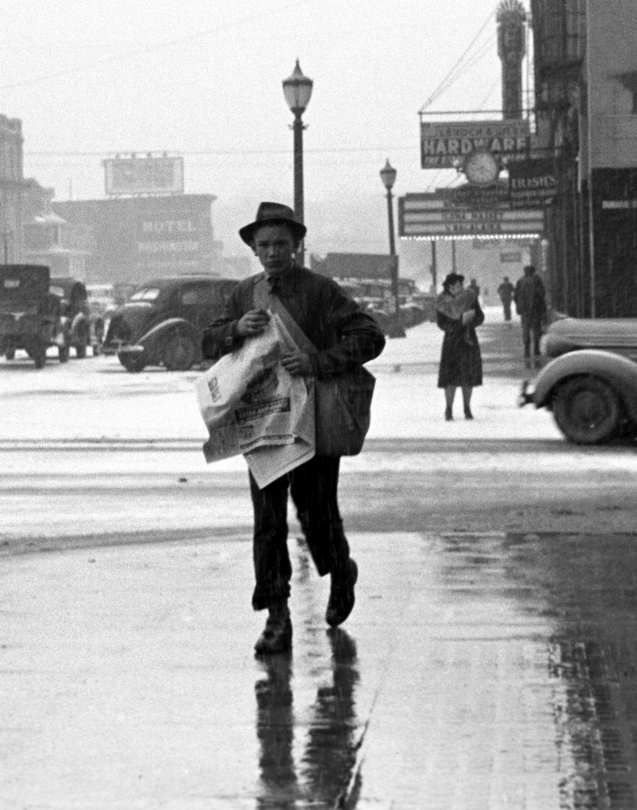 Newsboy_iowa_city_1940